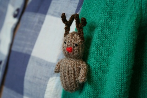 Knitting Patterns For Christmas Brooches : Tiny knitted Christmas brooches - ModCloth Handmade Contest   Sewing Projects...