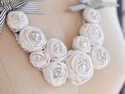 Колье из роз атласных лент
