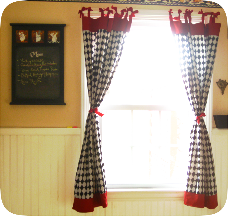 Retro Kitchen Windows With Bows