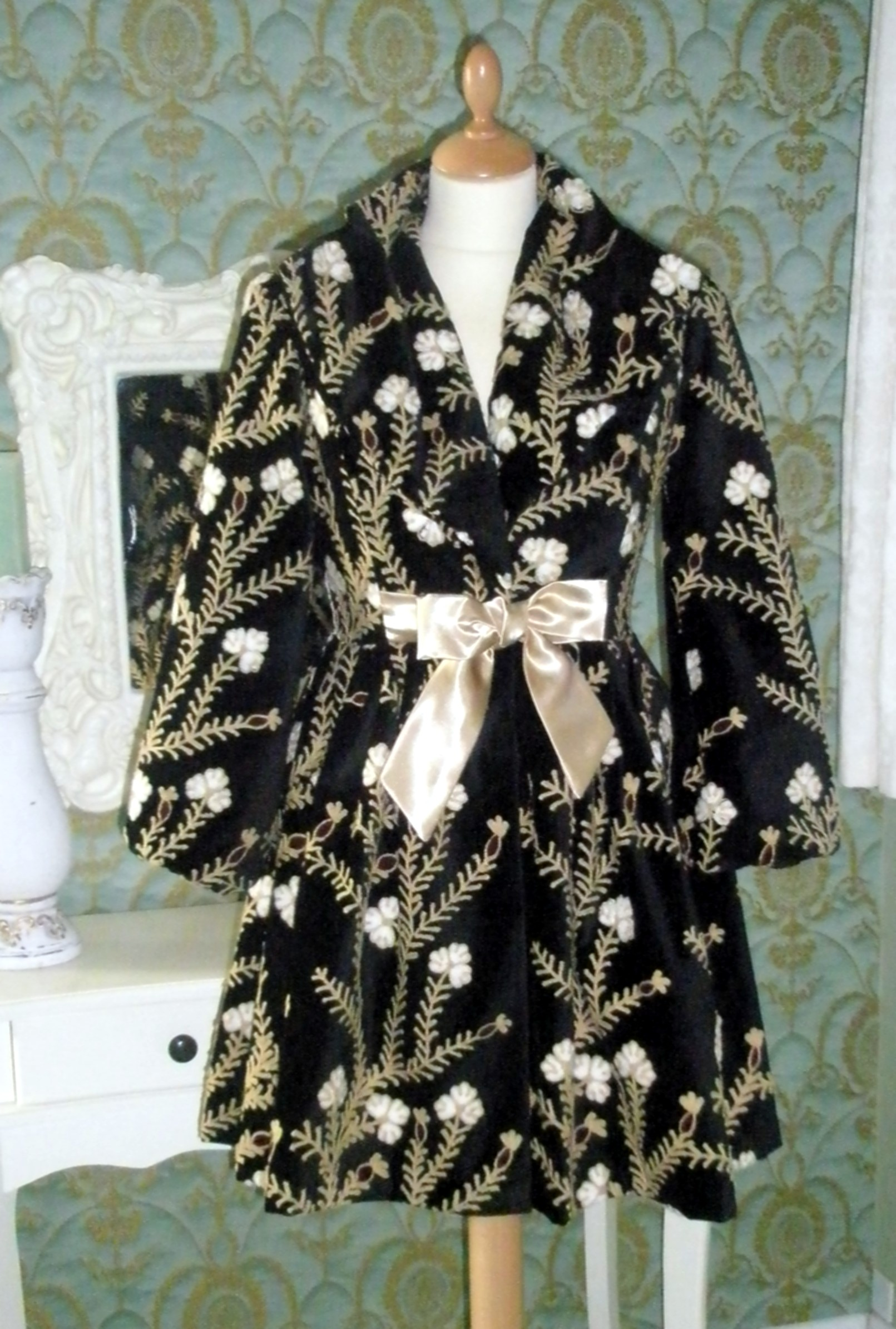 A touch of velvet embroidered wool coat in black