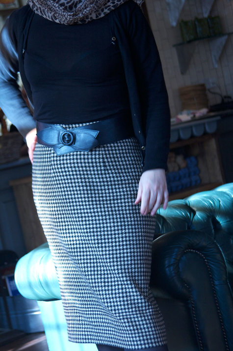 Check_skirt_close_standing_large