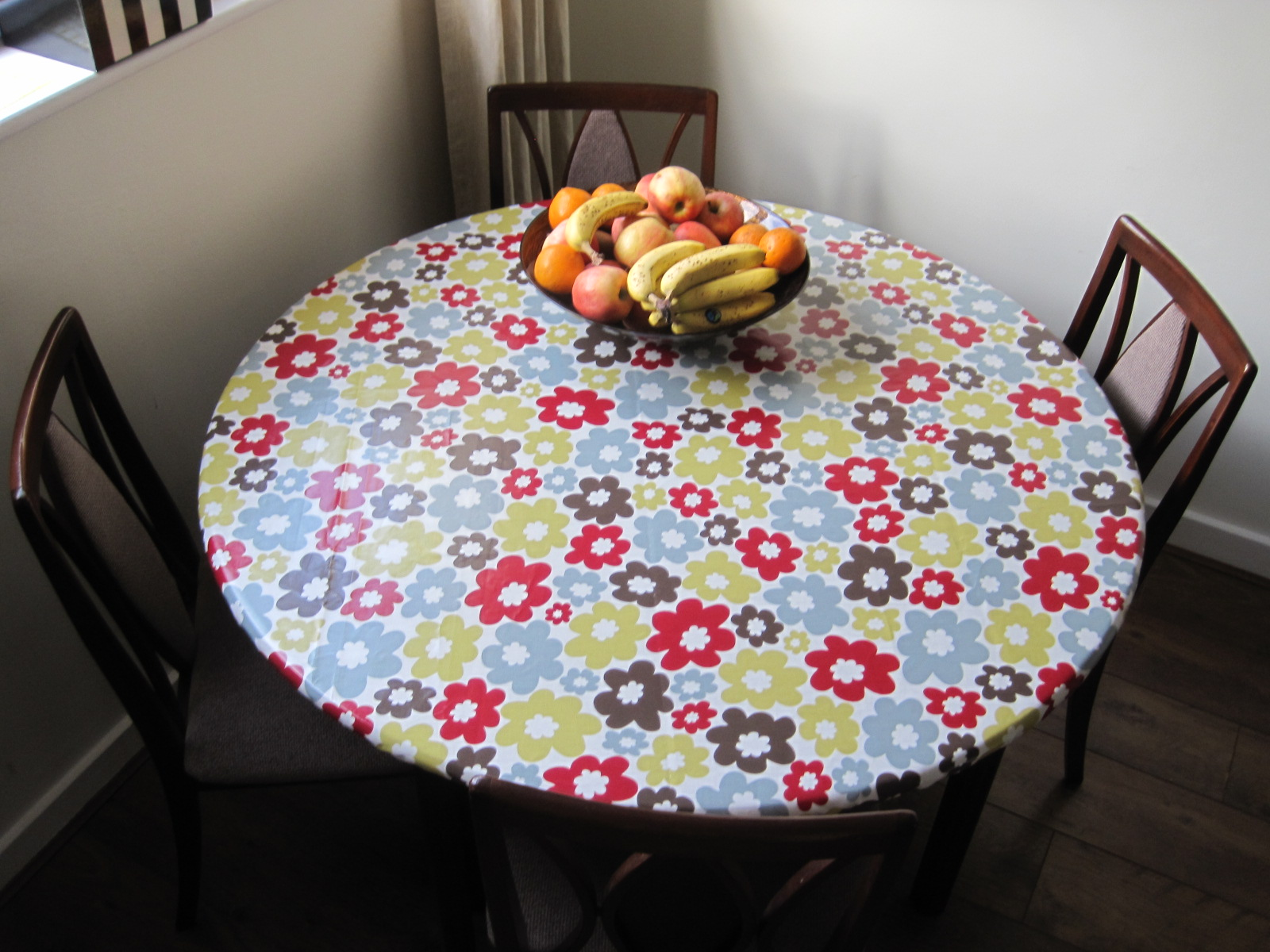 Fitted vinyl table covers
