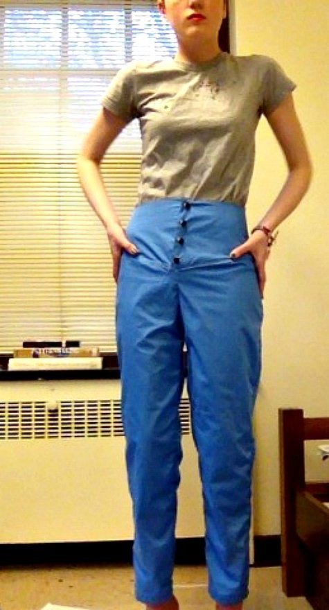 Women's trousers sewing pattern available for download. Available in various sizes. These narrow-silhouette trousers bring out the best of this printed jacquard fabric. The cut and fold-over waistband make the waist look longer and little side slits give the leg additional length. (1 5/8 – 1 3/4.