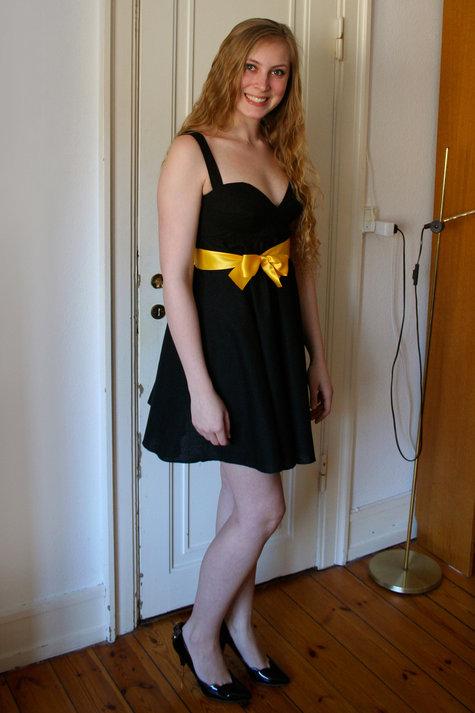 2__henriette_elsine_i_sort_kjole_med_gul_sl_jfe1_large