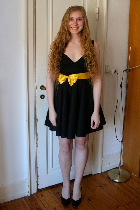 2__henriette_elsine_i_sort_kjole_med_gul_sl_jfe2_large