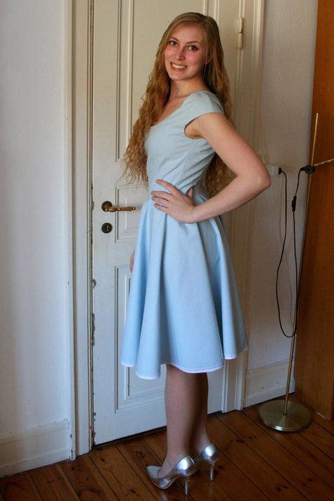 3__henriette_elsine_i_lysebl_kjole2_large