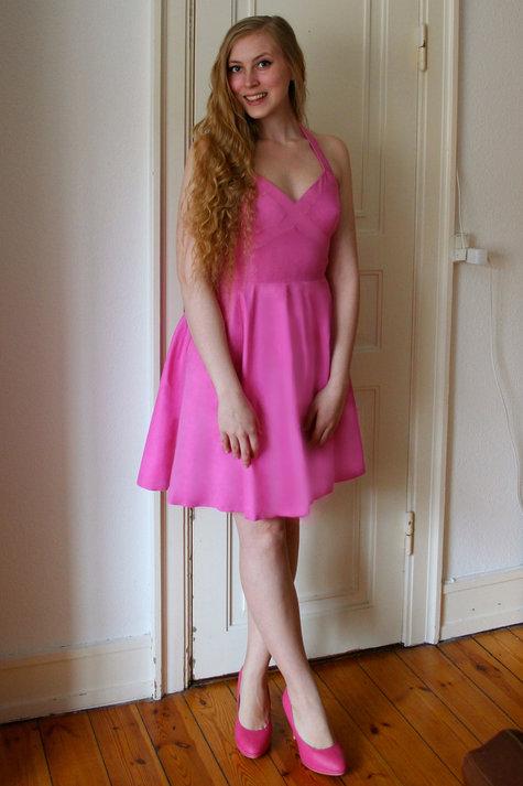 7__henriette_elsine_i_lyser_d_kjole_med_kryds_p_brystet1_large