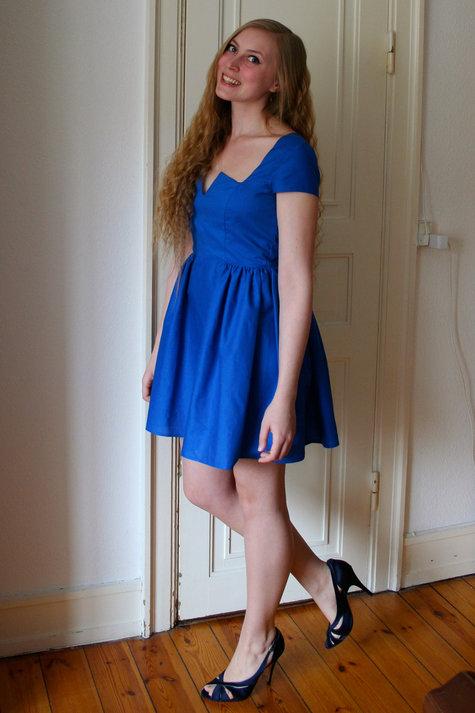 8__henriette_elsine_i_bl_kjole2_large